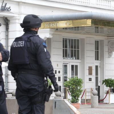 Poliser utanför hotell i Leipzig