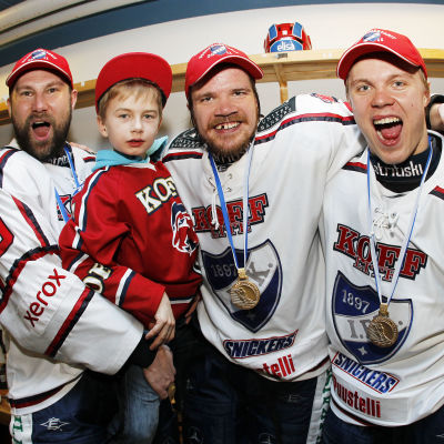 HIFK-spelarna Kimmo Kuhta, Juha-Pekka Haataja och Mikael Granlund firar FM-guldet.