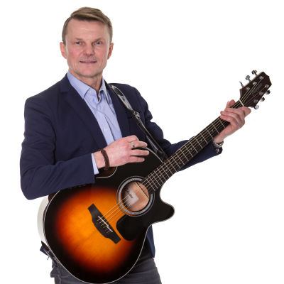 Tomas Fant poserar med sin gitarr.