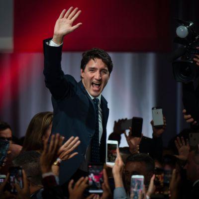 Kanadas premiärminister Justin Trudeau vinkar till publiken och pressen då hans valseger firas i Montreal.