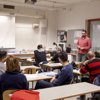 Språkläraren Svens Fernandez lär svenska till invandrare på Arbis i Esbo.