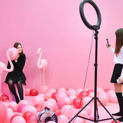 """Två flickor poserar på pop up-utställningen """"Supercandy!"""" i Köln januari 2019."""