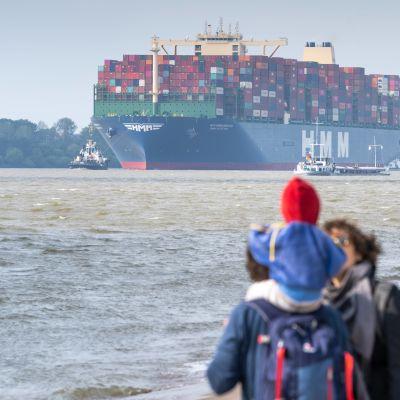 Många sjömän känner sig som andra klassens medborgare då de inte vet när eller hur de kan ta sig hem.