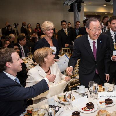 Vaikuttajia samassa pöydässä 2015.