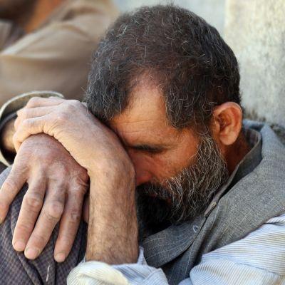 En afghansk man sörjer efter ett självmordsattentat mot ett bröllop i Kabul.