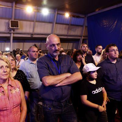 Nationell samlings anhängare ser besvikna ut vid ett tillfälle för en av partiets kandidater i Avignon efter valet.