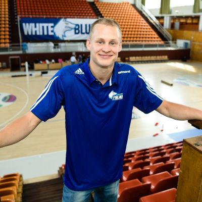 Sasu Salin poserar för kameran i Tölö sporthall.