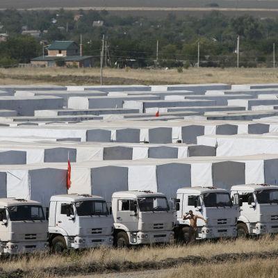 Biståndskonvoj väntar i Ryssland på att få köra över gränsen till Ukraina