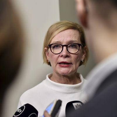 Riksdagens talman Paula Risikko svarar på journalisternas frågor.