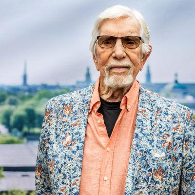 Owe Thörnqvist med brokig rock och ett somrigt Stockholm i bakgrunden.