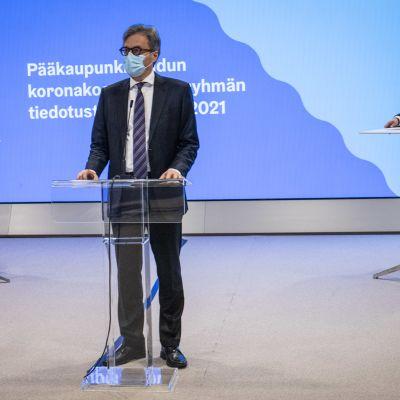 Chefsöverläkare Markku Mäkijärvi talar på pressinfo som Helsingforsregionens coronakoordineringsgrupp håller