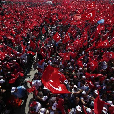 AKP-partiets demonstration i Istanbul den 7 augusti 2016.