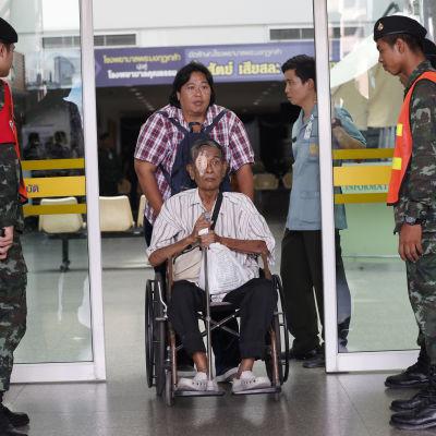 Över 20 personer skadades i militärsjukhuset Kung Mongkut i centrum av Bangkok. Sjukhuset spärrades av men evakuerades inte efter explosionen