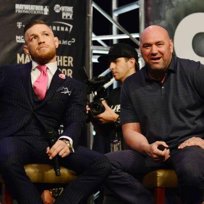 Conor Mcgregor och Dana White sitter på stolar.