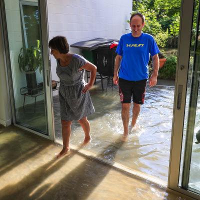 Två Houstonbor inspekterar sitt översvämmade hem.