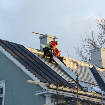 Rakennusmiehiä omakotitalon katolla.