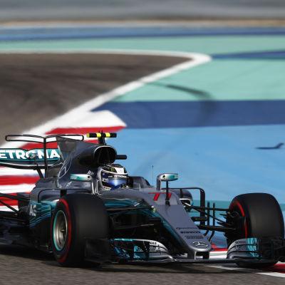 Valtteri Bottas kör sin Mercedes i Bahrain