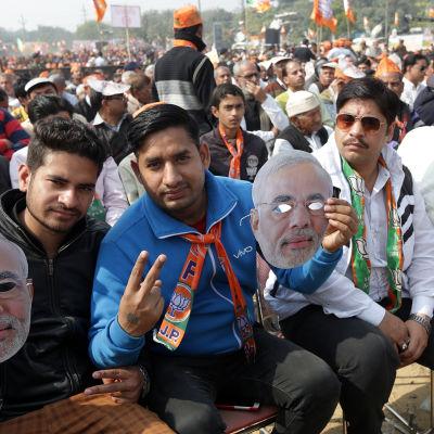 Delstatsvalet i Uttar Pradesh ses som ett vitkigt test för premiärminister Narendra Modi vars anhängare samlades till valmöte i Ghaziabad