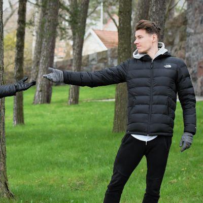 Isdansarna Juulia Turkkila och Matthias Versluis poserar i park.