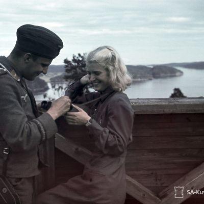 Saksalainen pk-mies ja suomalainen lotta Lahdenpohjan ilmavalvontatornissa 1942