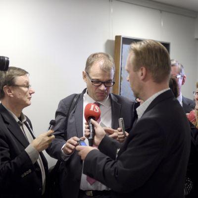 Statsminister Juha Sipilä med journalister