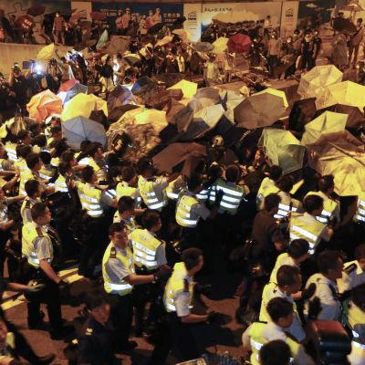 Polis och demonstranter drabbar samman i Hongkong den 15 oktober 2014.