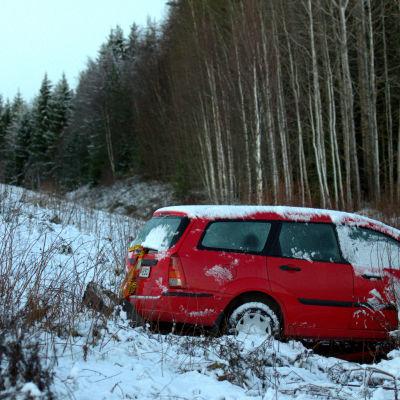 En bil ligger i diket i Karvat, Vörå.