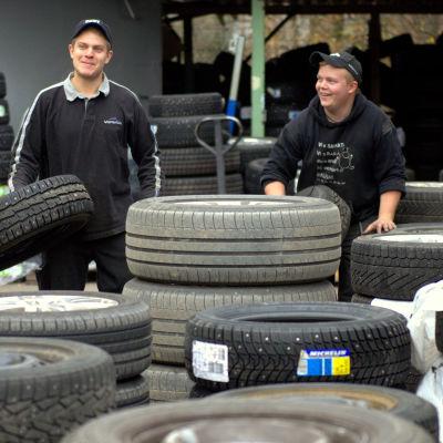 Matias Fant och Viktor Antell på Däckservice Fant i Korsholm.