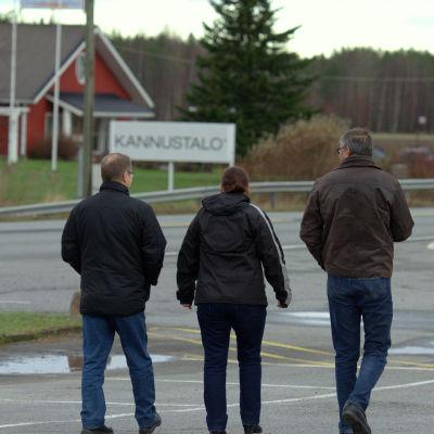 Tre personer som förlorade sina jobb på Kannustalo i Oravais i fjol.
