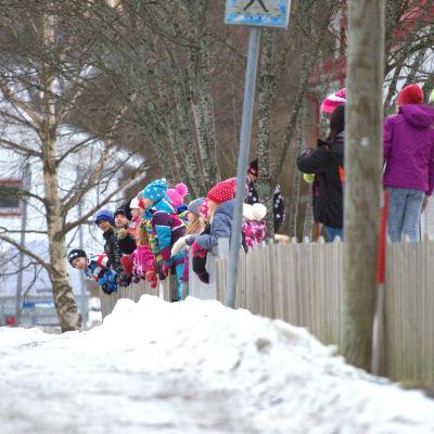 Elever från Smedsby-Böle skola väntar på godis från Penkis-lastbilarna.