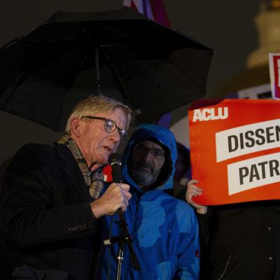 Bill Weld puhuu mikrofoniin mielenosoituksessa