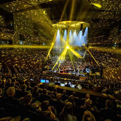 Classical Trancelations -konsertti vuonna 2016. Värivaloja ja orkesteri konserttisalissa.