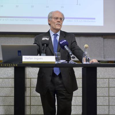 Vd Stefan Ingves berättar att Sveriges riksbank har sänkt reporäntan till -0,20 %
