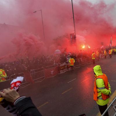 Pyroteknik utanför stadion i Liverpool