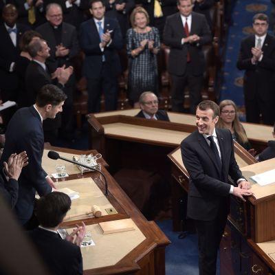 President MAcron i talalstolen i fullsatt kongressal vänder sig mot talmannen Ryan