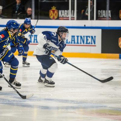 Damlandslagets Jenni Hiirikoski i en ishockeylandskamp mot Sverige.