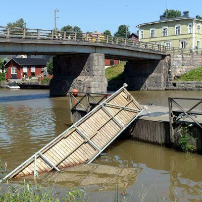 En bro som har fallit från sitt fäste i vattnet i Borgå.