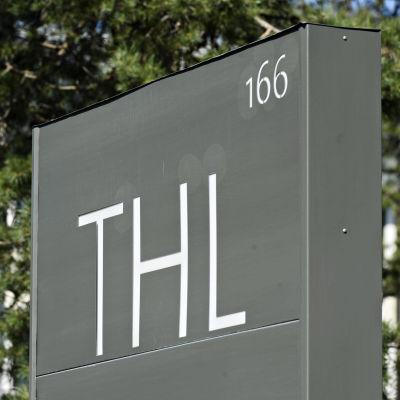 Terveyden ja hyvinvoinnin laitoksen (THL:n) kyltti Helsingissä.