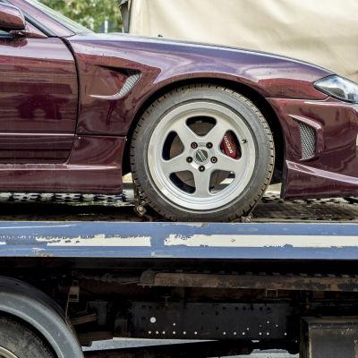 En bil på ett bogseringsflak