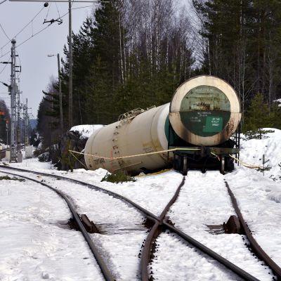 Cisternvagnar som spårade ur vid en olycka i Mäntyharju i april 2018.