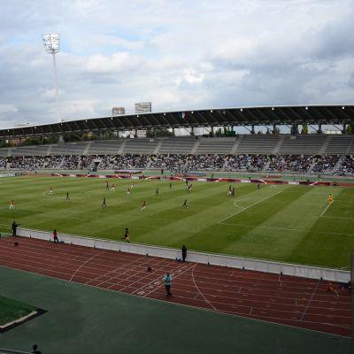 En fotbollsmatch på en stadion.