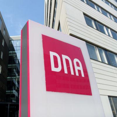 En bild på DNA:s huvudkontor med DNA skylten.