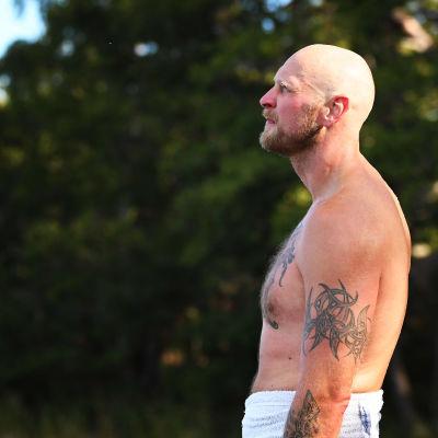 Robert Helenius njuter av solen efter att ha badat.