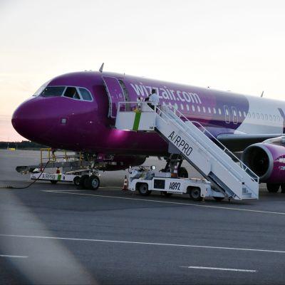 Wizz Airs flygplan på Åbo flygplats.