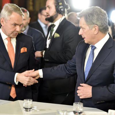 Pekka Haavisto och Sauli Niinistö skakar hand.