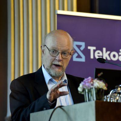 Osmo Soininvaara på Arbets- och Näringsministeriets AI-pressis.