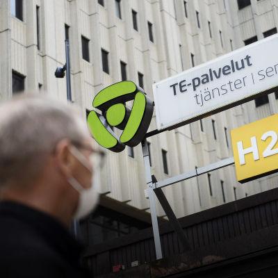 En person står utanför ett TE-tjänster-kontor.