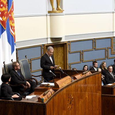 Republikens president Sauli Niinistö talar i riksdagen då Finlands regeringsform fyller 100 år
