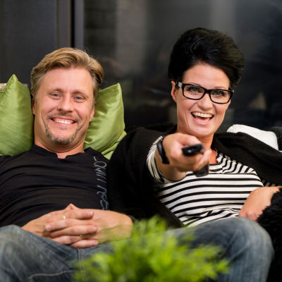 Sohvaperunoiden Jani ja Linda istuvat sohvalla.