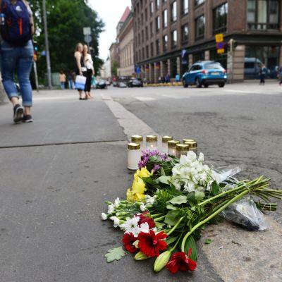 Blommor och ljus vid korsningen mellan Annegatan och Lönnrotsgatan lördagen den 29 juli 2017.